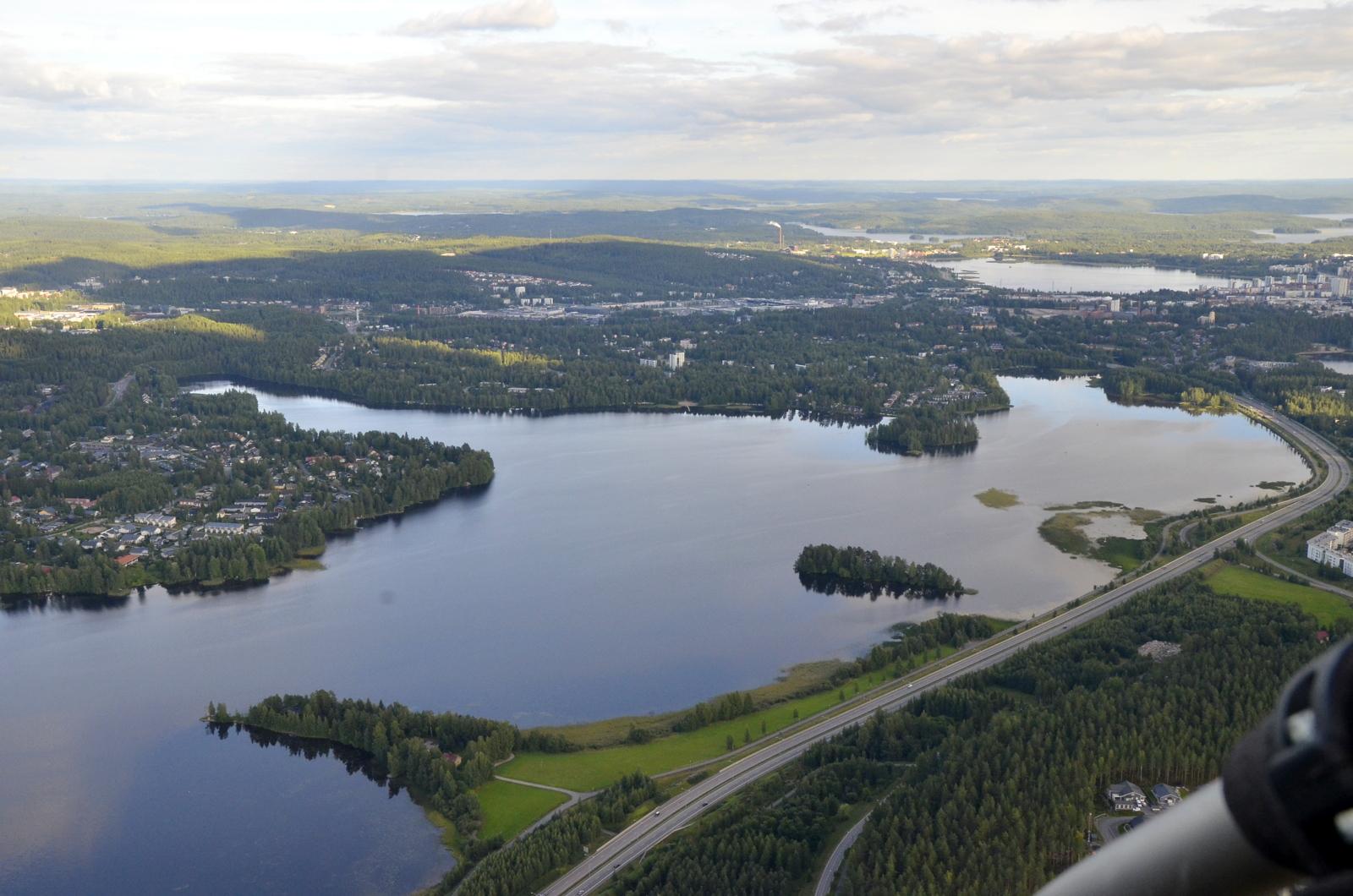 """Vilkaistaan mitä Palokkajärven taakse """"kuuluu""""."""