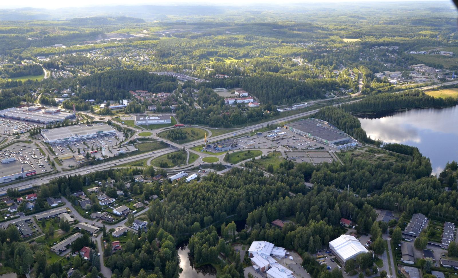 Palokan ostoskeskus Palokkajärven päältä nähtynä.