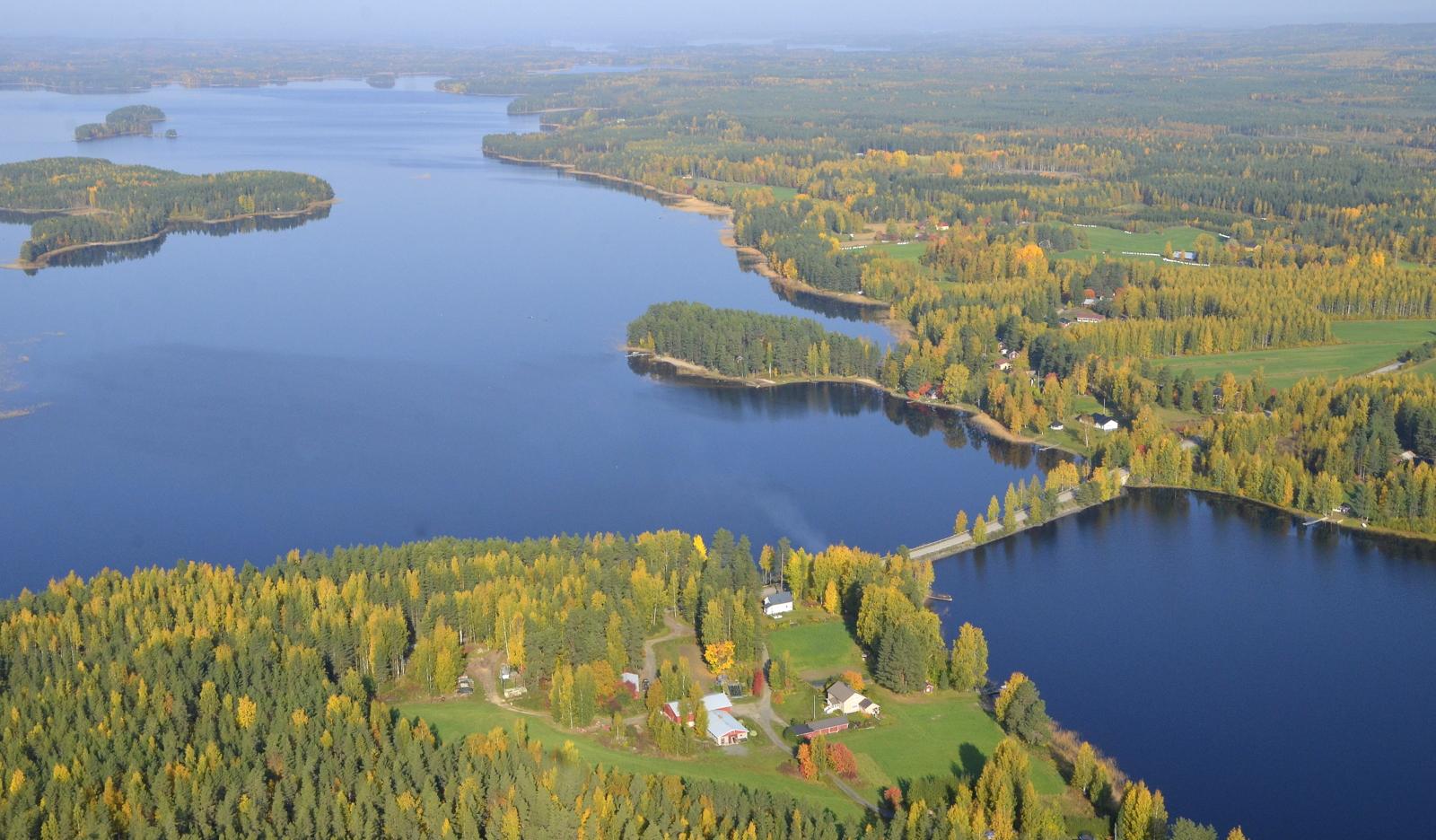 Vuorilahdenkylä, salmen takana Viitasaaren puolella. Kuva otettu Kannonkosken puolelta.