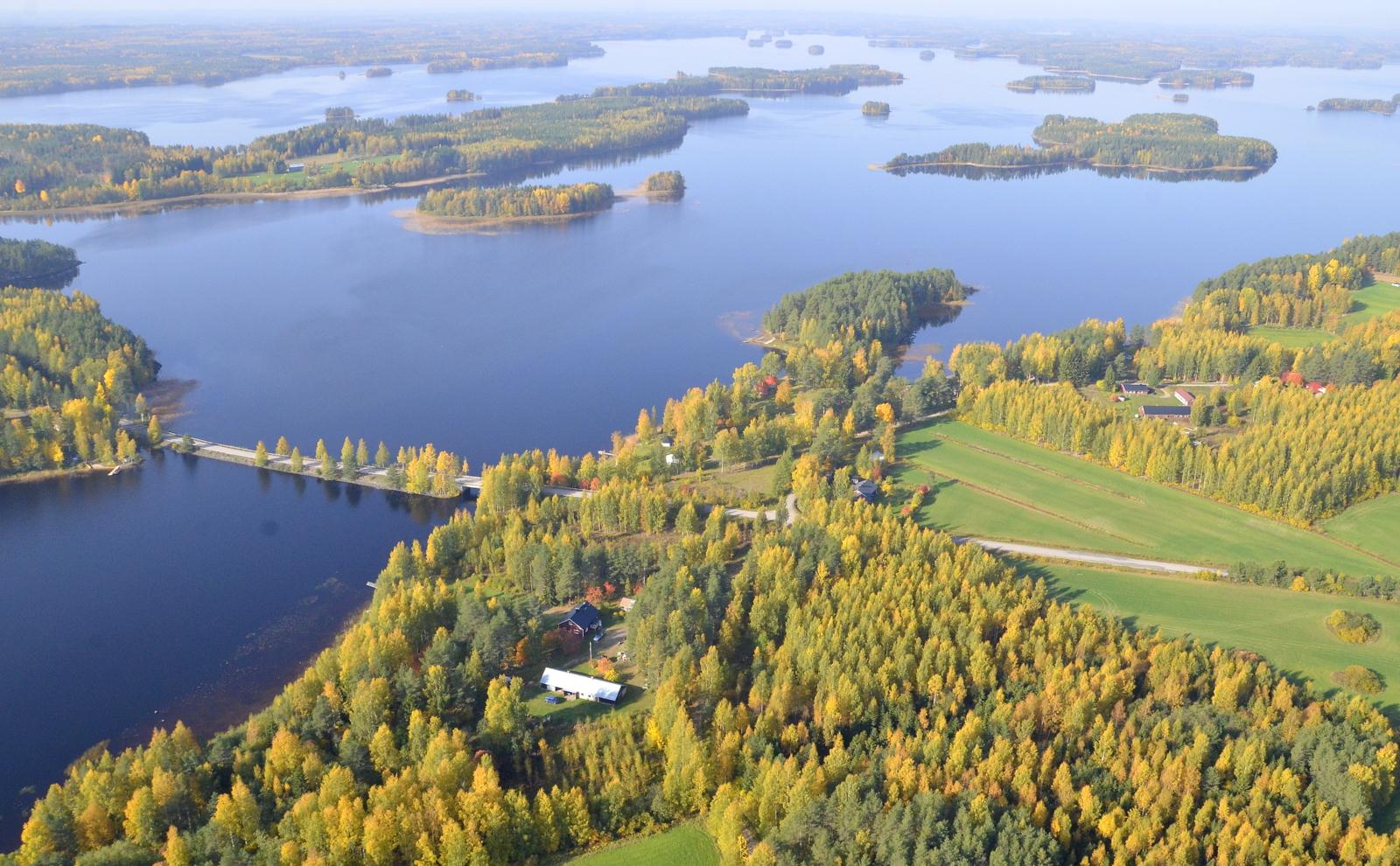 Järven selän takalaidalla on Hilmonlahti, jonne lennän seuraavan postauksen kuvissa.