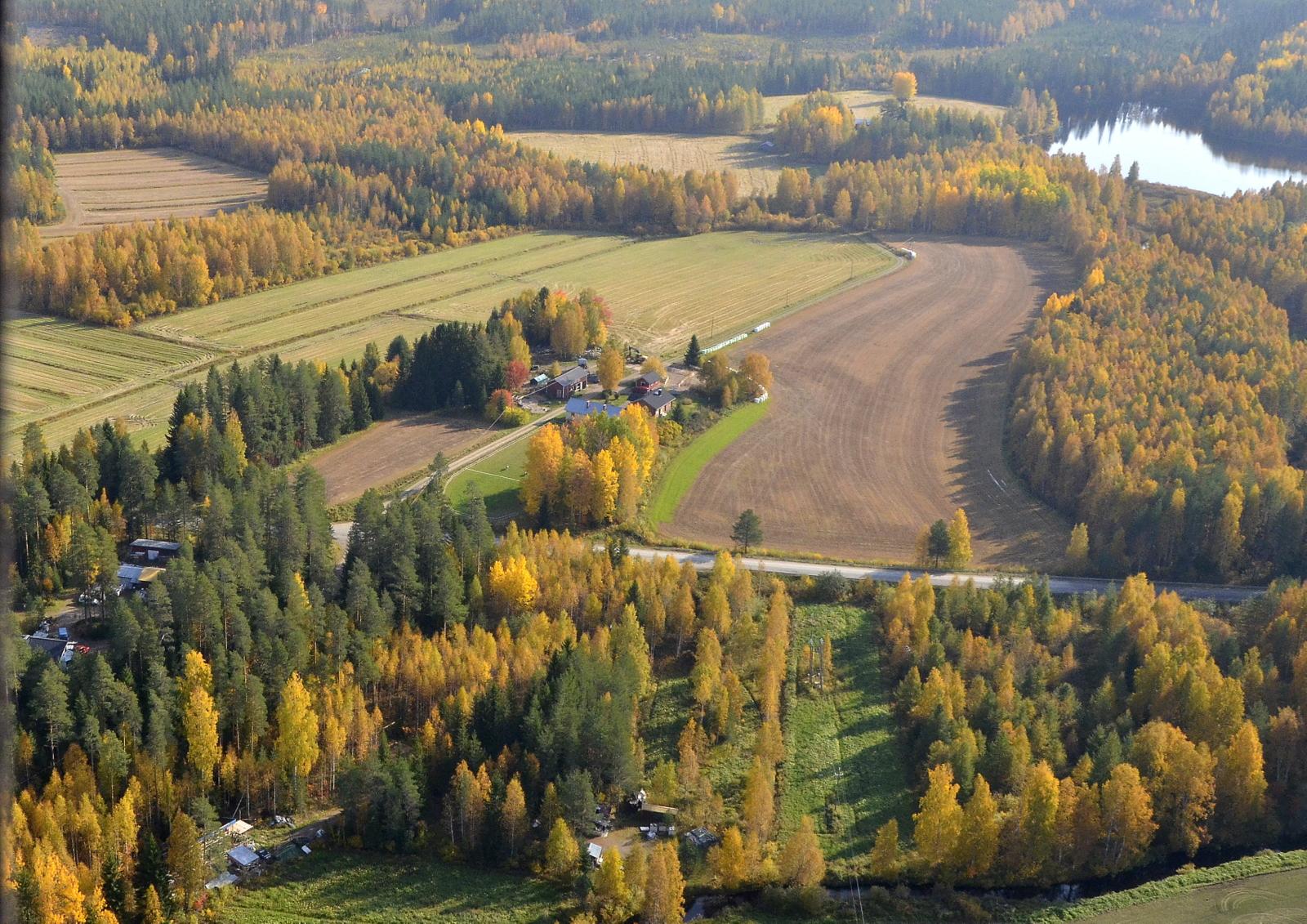 Ruuhijärvi, taustalla Ruuhilampi. Etenen tien (Viitasaari-Saarijärvi) läheisyydessä.
