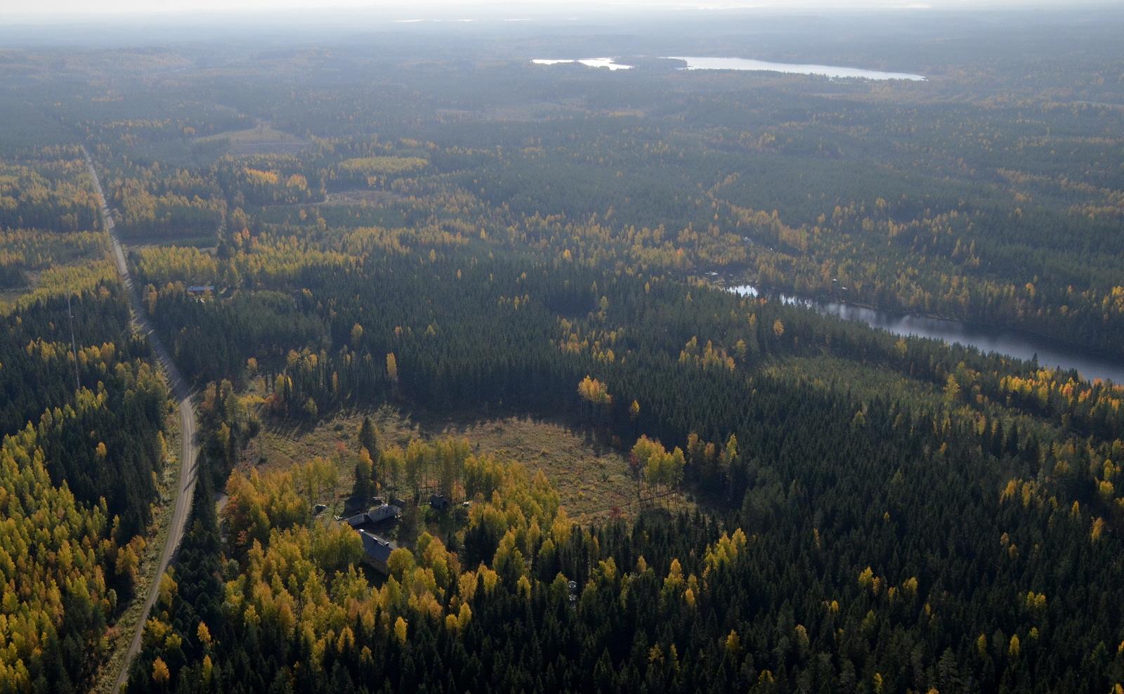 Lakomäki. Oikealla lähimpänä Lakojärvi, kauempana Heinäjärvi. Heti mäen jälkeen lennän jo Saarijärven puolella.