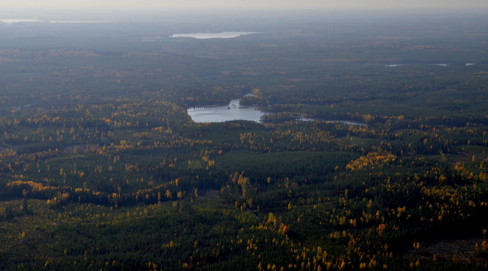 Ylä-Kivetty, taustalla Häkkilän Iso-Suojärvi.