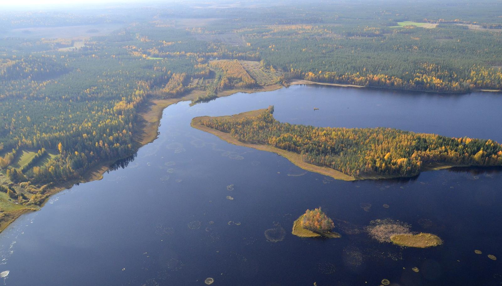 Heinäsaari, tuo suurin. Taustalla vasemmalla Pyhähäkin Kansallispuiston Riihineva.