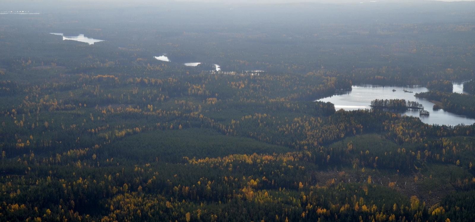 Molemmat Kivettyjärvet ja vasemmalla Iso Salminen.