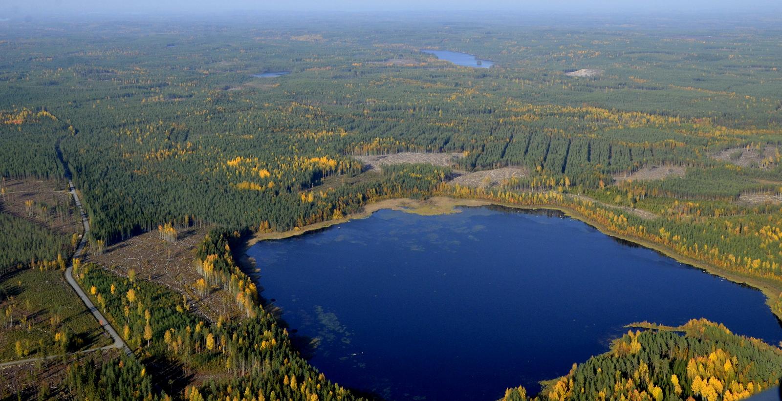 Murojärvi. Oikealla Ylimmäinen Vuorijärvi, joka on jo tuulimyllyjen alueella, siis Kannonkosken puolella.
