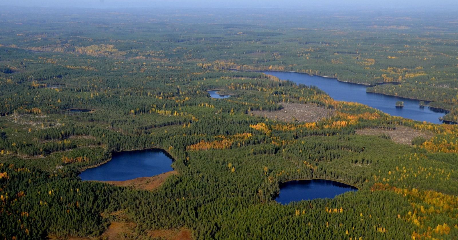Nyt ollaan voimaloiden alueella. Vasemmalla Nuottanen, siitä oikealla Ahveninen ja pitkulainen Ylimmäinen Vuorijärvi.