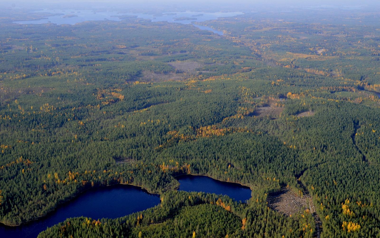 Ylhäällä näkyy Vuosjärvi ja Vuorilahti. Kuvassa lähimpänä Salmijärvi Vuorijärvien kupeella.