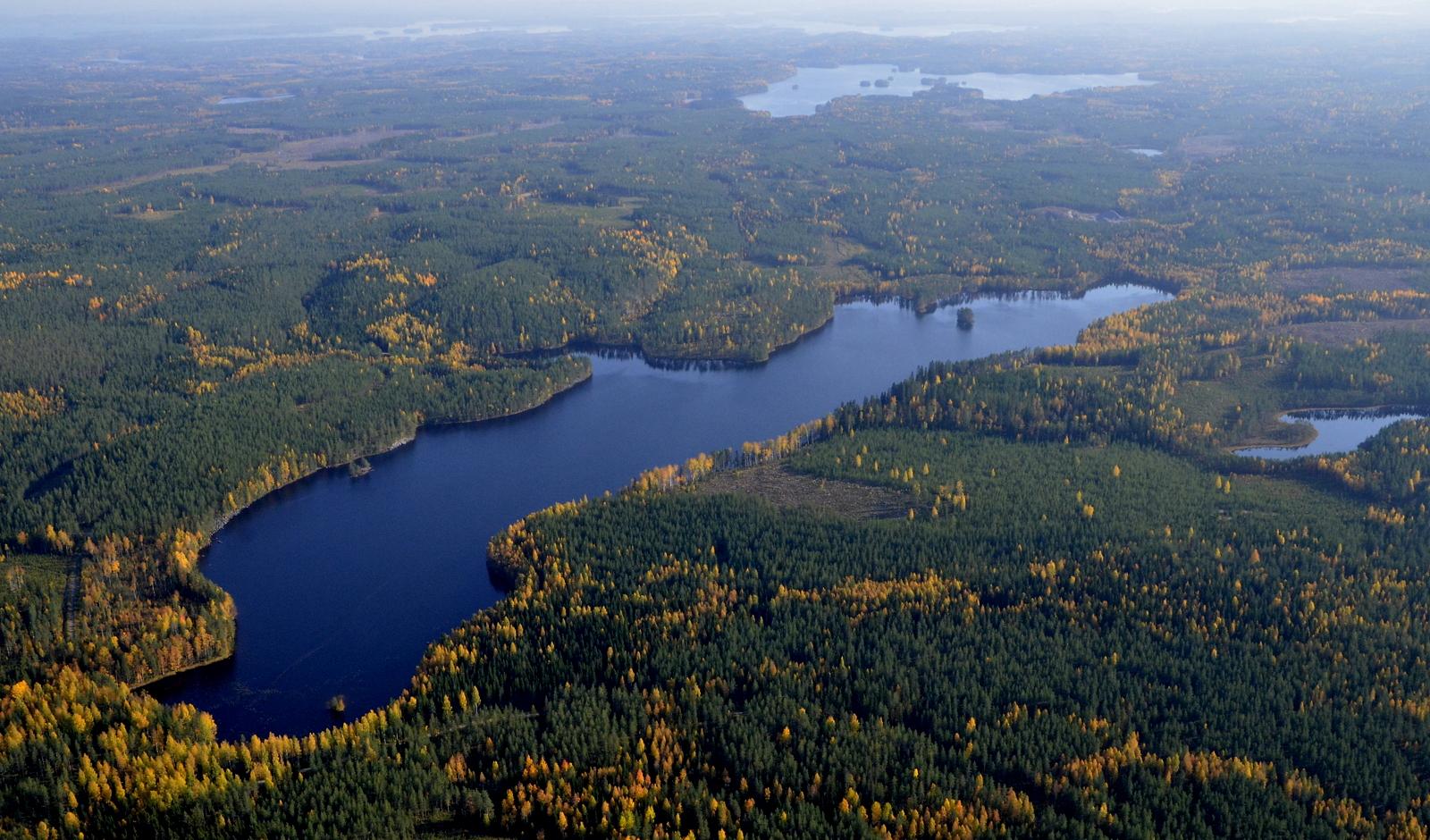 """Vilkaisu """"tulojäljille"""", Ylimmäinen Vuorijärvi, sen takana Iisjärvi ja Keiteleen Räihänselkä."""