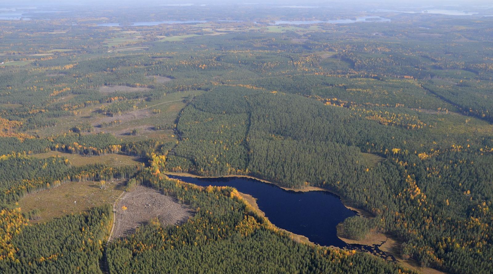 Liimattalan tuulipuistoalueen Niemislampi. Taustalla näkyy mm. Pyyrinlahti ja vasemmalla Räihänselkää.