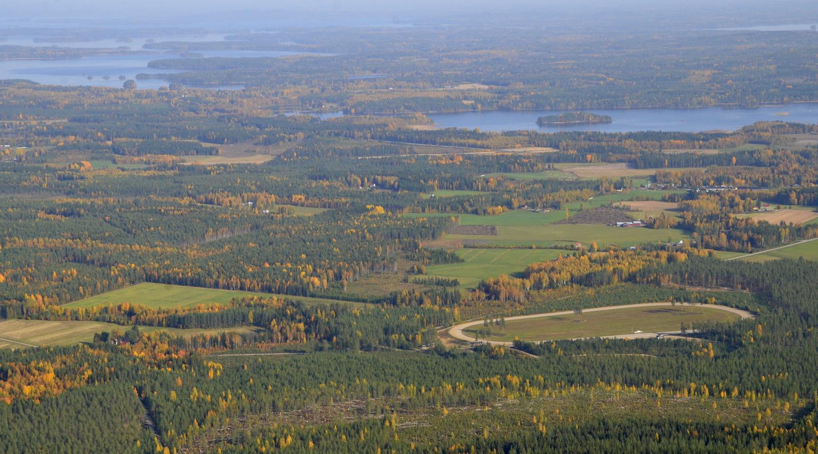 Liimattalan ravirata, vasemmalla näkyy Keitelejärven Räihänselän ja Koivuselän vesiä.