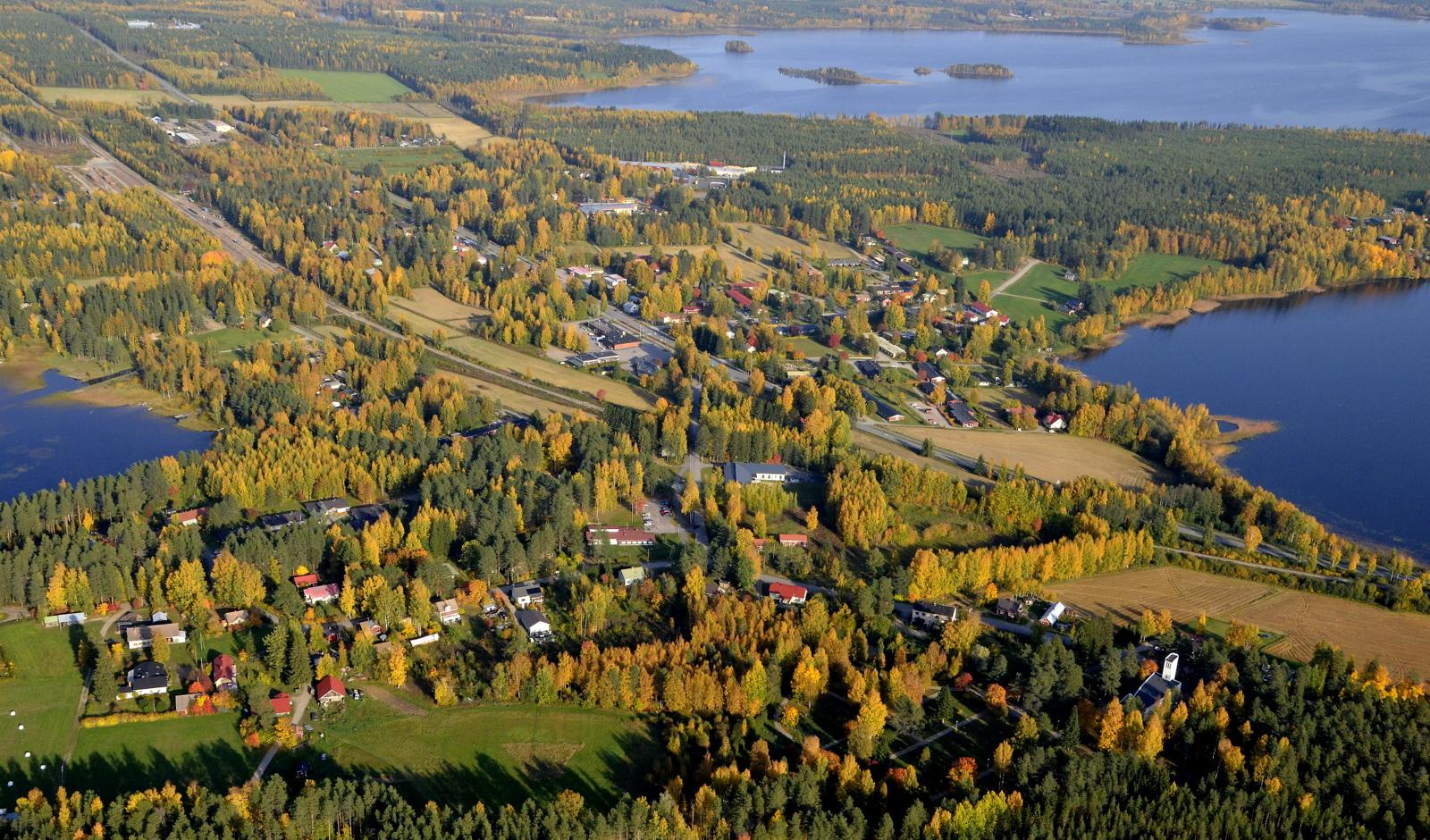 Tässä lähes koko kylä kolmen järven välissä.