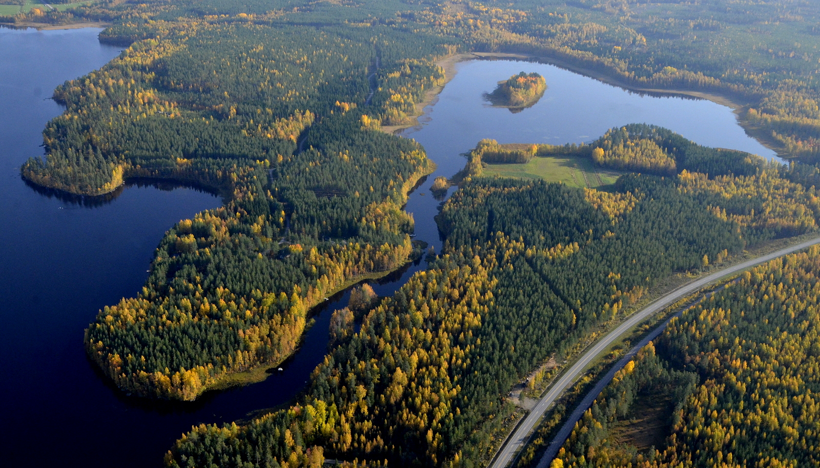 Kurjenniemi vasemmalla, oikealla Potmonjärvi aivan taajaman vieressä.