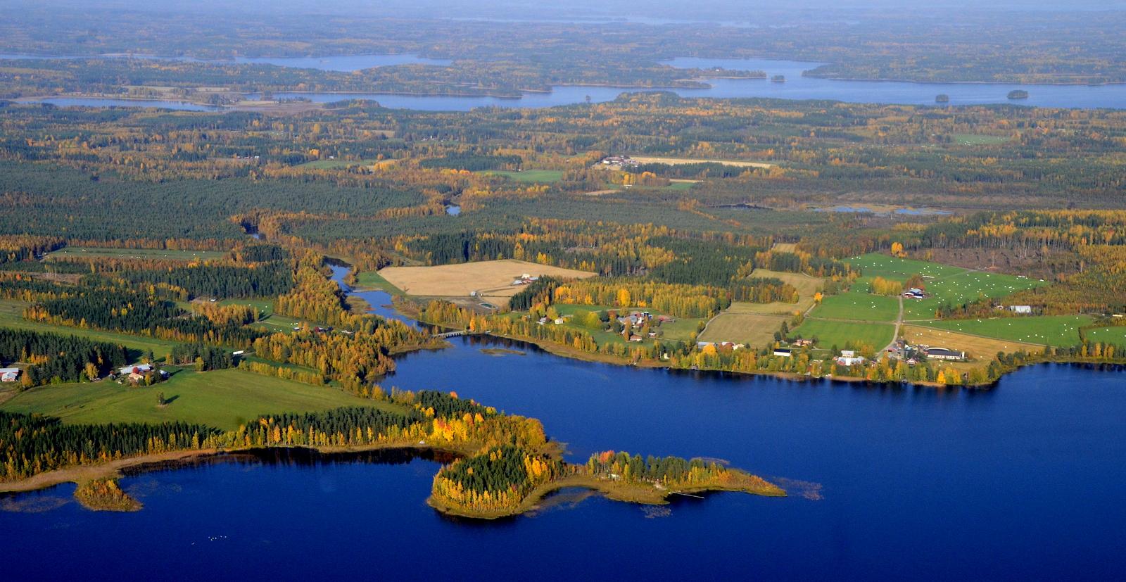 Näkymä Pudasjärven yli kohden Huopanaa, joka on tuolla Vuosjärven takalaidan pohjukassa.