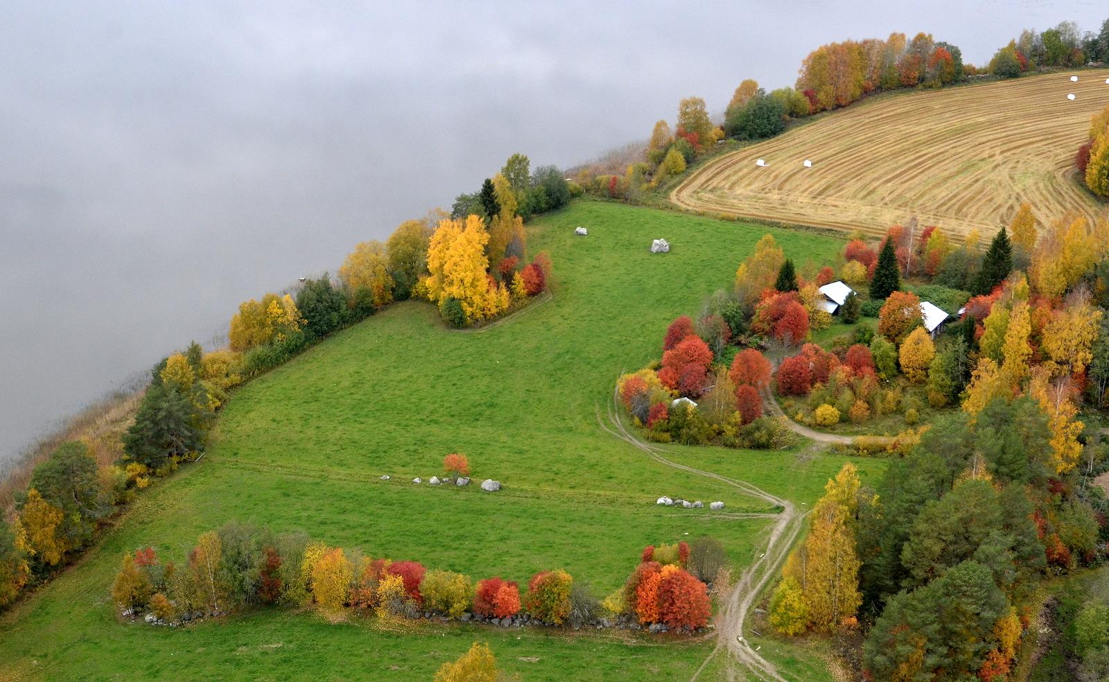 Ruskan värittämät maisemat vanhan asuinpaikan tienoilla Pasalassa.