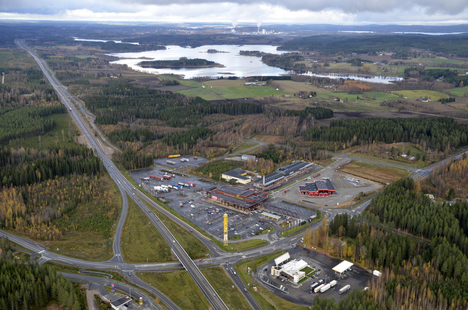 Hirvaskangas ja juuri valmistuva Heavy Center Hirvaskangas Oy:n halli. Taustalla Niinivesi ja Äänekosken tehtaiden sauhut.