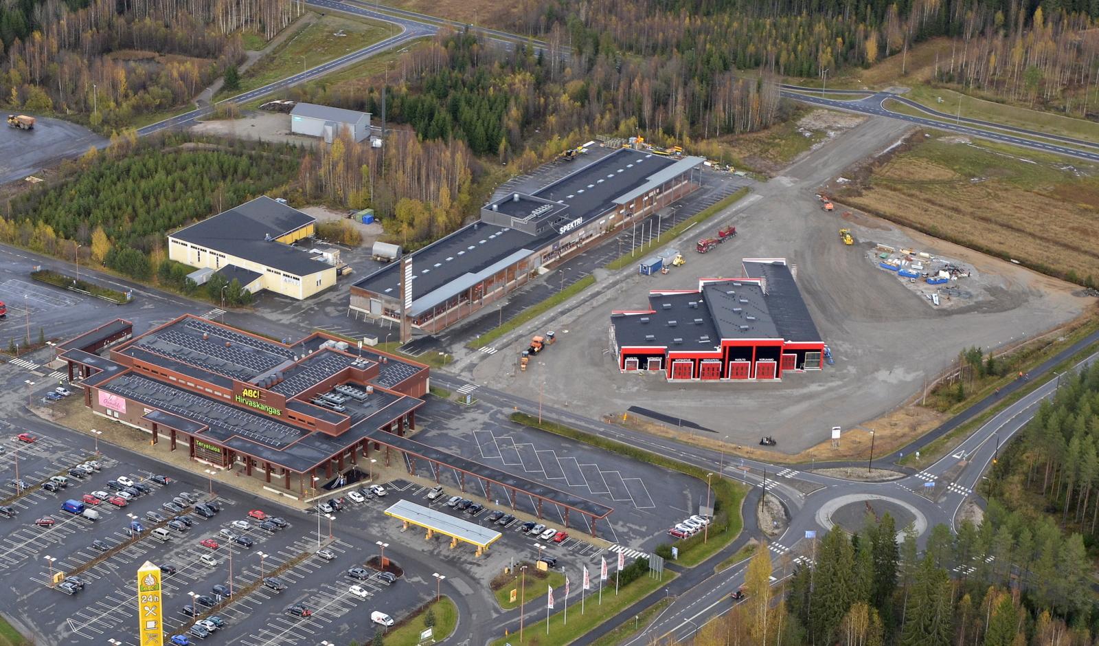 Heavy Center Hirvaskangas Oy:n halli oikealla.