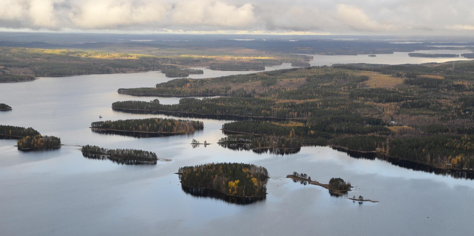 Ruotinkylän kupeella, Ääneselän puoleisia saaria. Oikealla näkyy Ukonselkää, jonne suuntaan lentoni.