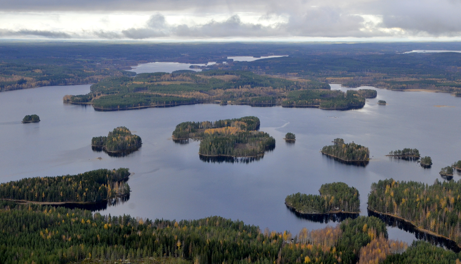 Kuvassa keskellä suurin saari on Kytänsalo, jonka takana Pyyrinlahtea Konginkankaan Kirkonkylään saakka.