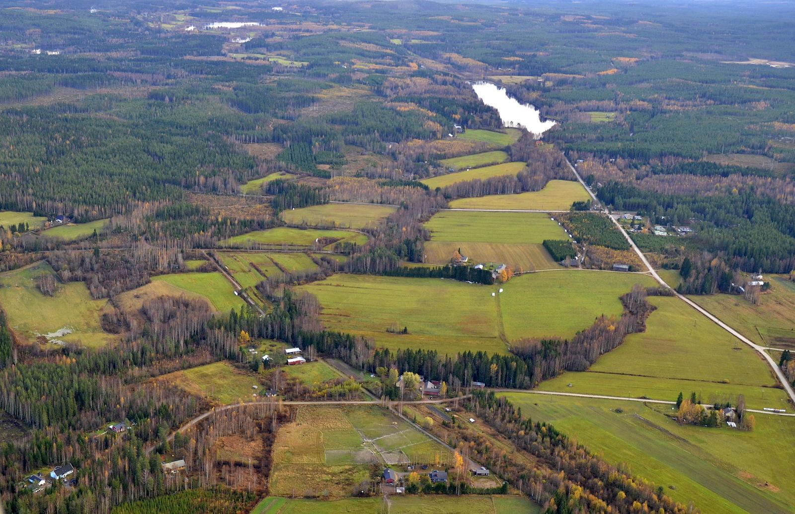 Nyt suuntaan lennon Saarikkaalle, tässä aukeaa Vihijärven kylä Huutjärveä kohti. Kuvan keskivaiheilla poikttain Sumiainen Suolahti tie.