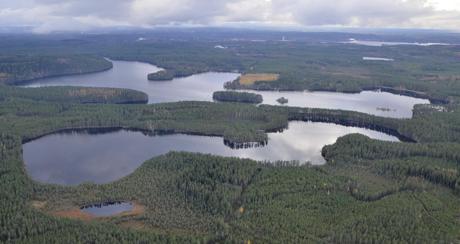 Lentosuunnassa oikealle jää Iso- ja Pieni-Jurvojärvi. Suolahti taustalla.