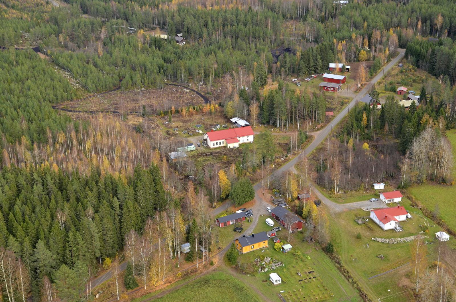 Entinen Saarikkaan koulu, vasemmalla ylhäällä Kylätalo ja pururadat.