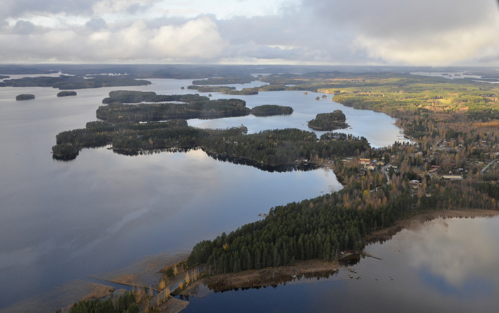 Saavun Sumiaisten kirkonkylälle. Vasemmalla Keitelejärvi ja oikealla Sumiaisjärvi. Kannaksessa suomen lyhin joki, Kuokanjoki.