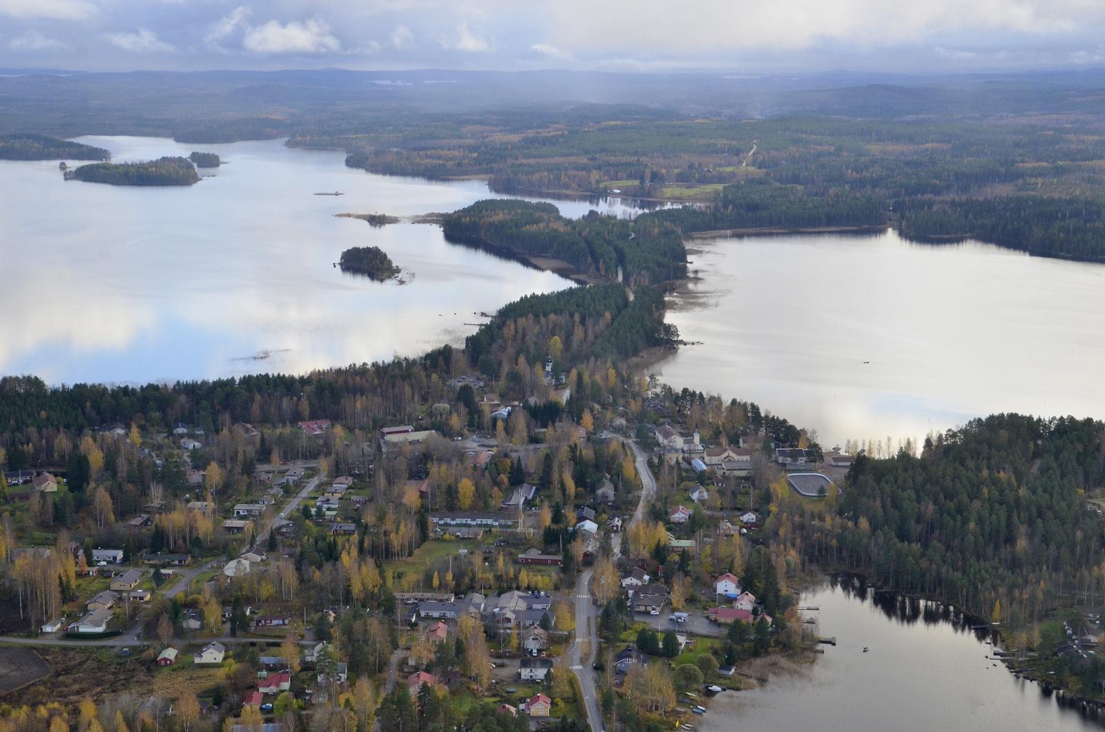 Näkymä Sumiaisten taajaman yli tulosuuntaan, vasemmalla Sumiaisjärvi. Nyt alkaa tulla sadepilviä etelän suunnalta, joten otan suunnan kotiin Koivistolle.
