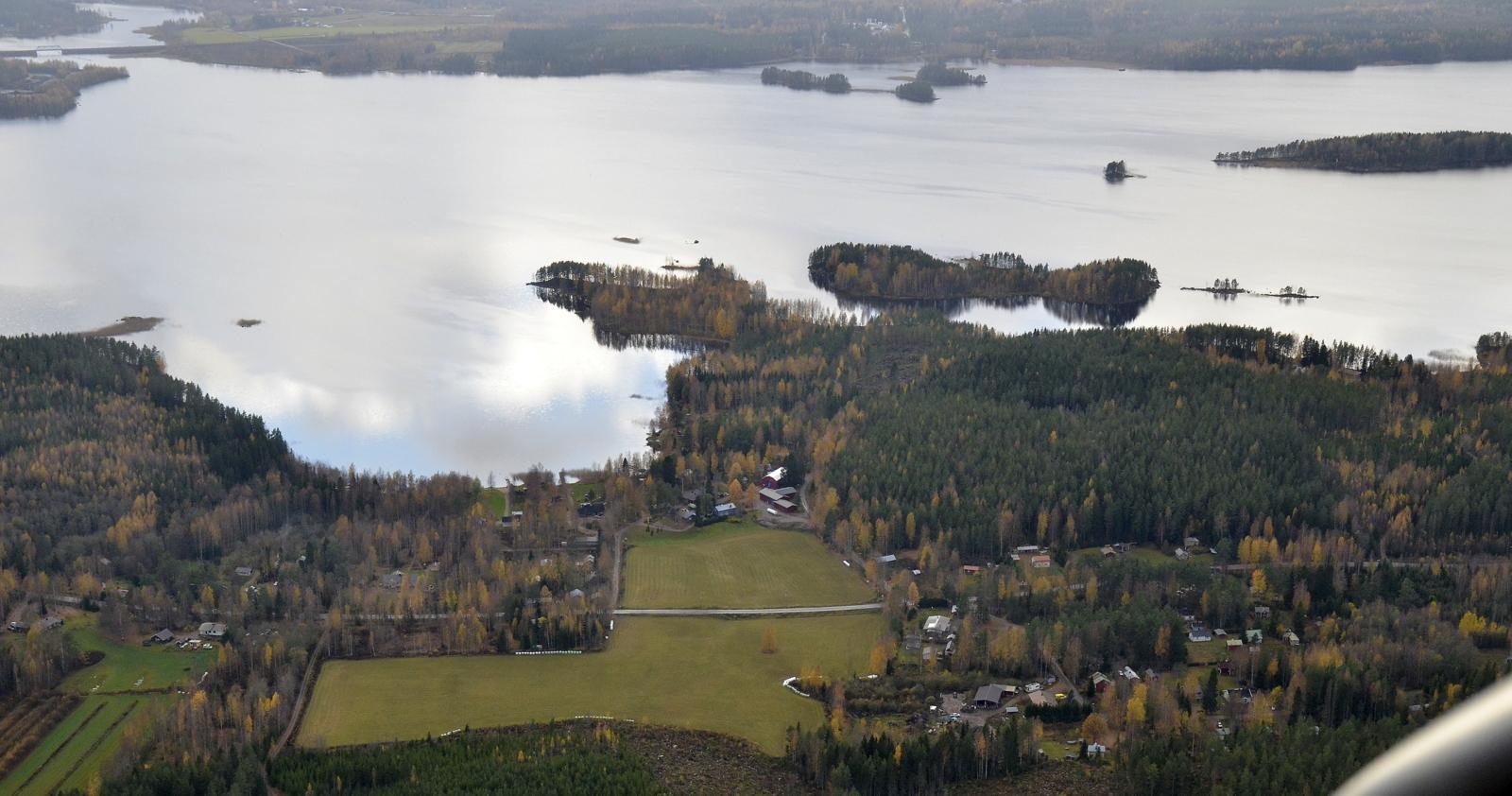 Suolahden Kalliolahti, järven takana vasemmalla Paatelanlahti siltoineen.