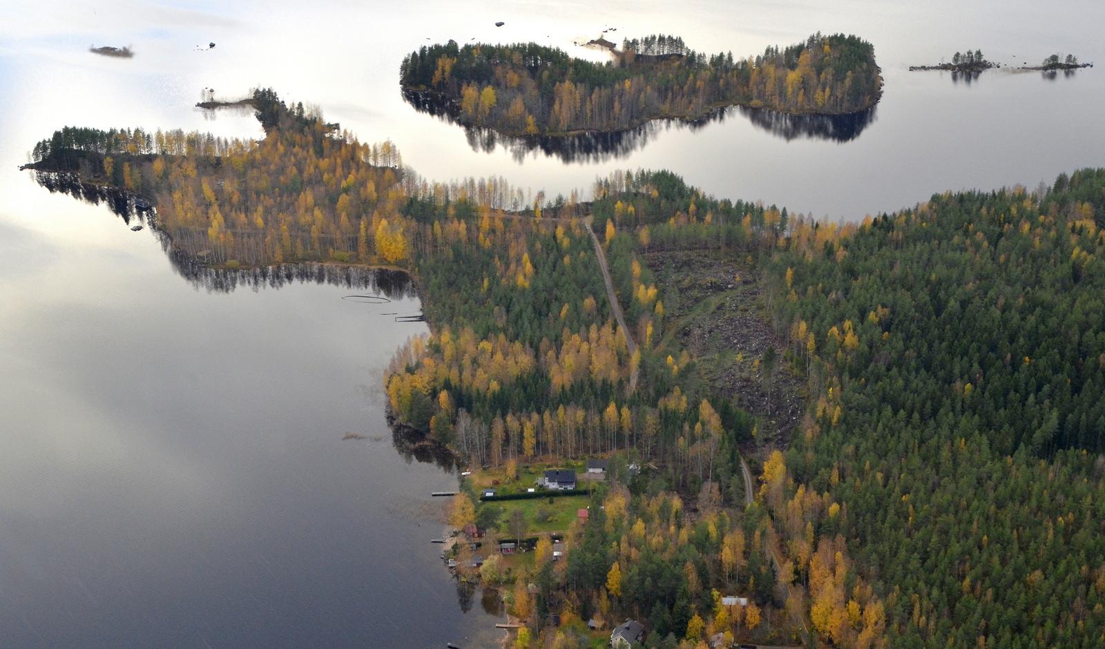 """Kalliolahden entisen sahan seutua. Järvestä pilkottaa proomujen """"haamuja""""."""