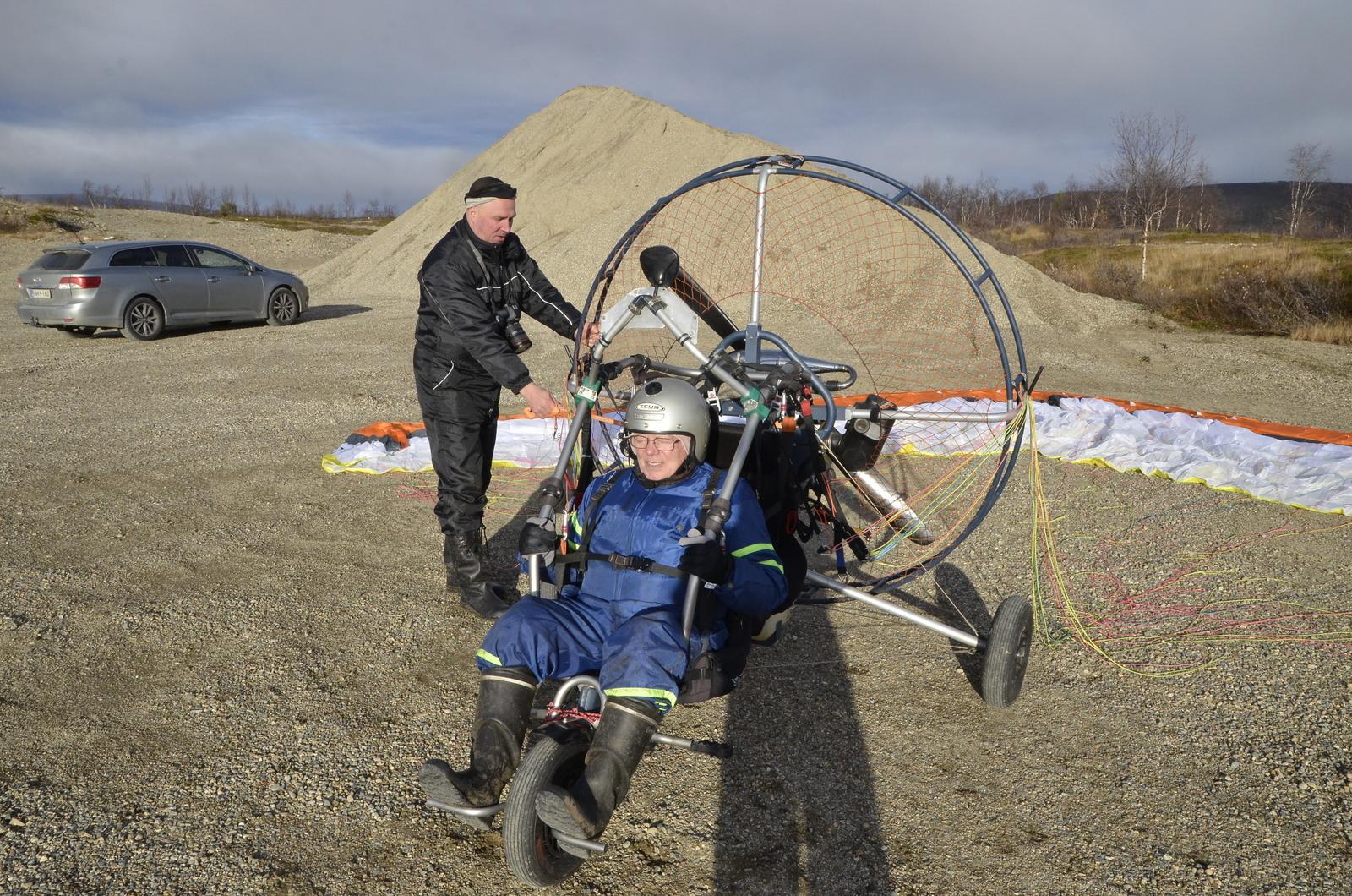 Antti halusi lähteä katsomaan maisemia ilmasta, joten hänet myös lennätin. Jari valmiina käynnistämään moottorin, sillä starttimoottori hieman reistailee:)