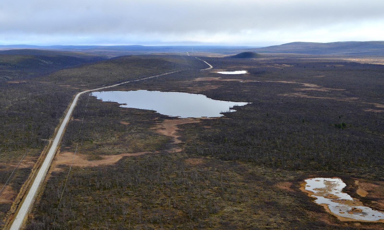 Basadajärvi samaisen tien varrella, vasemmalla kanjoni. Oikealla näkyy Muotkatunturin erämaan tuntureiden huippuja,