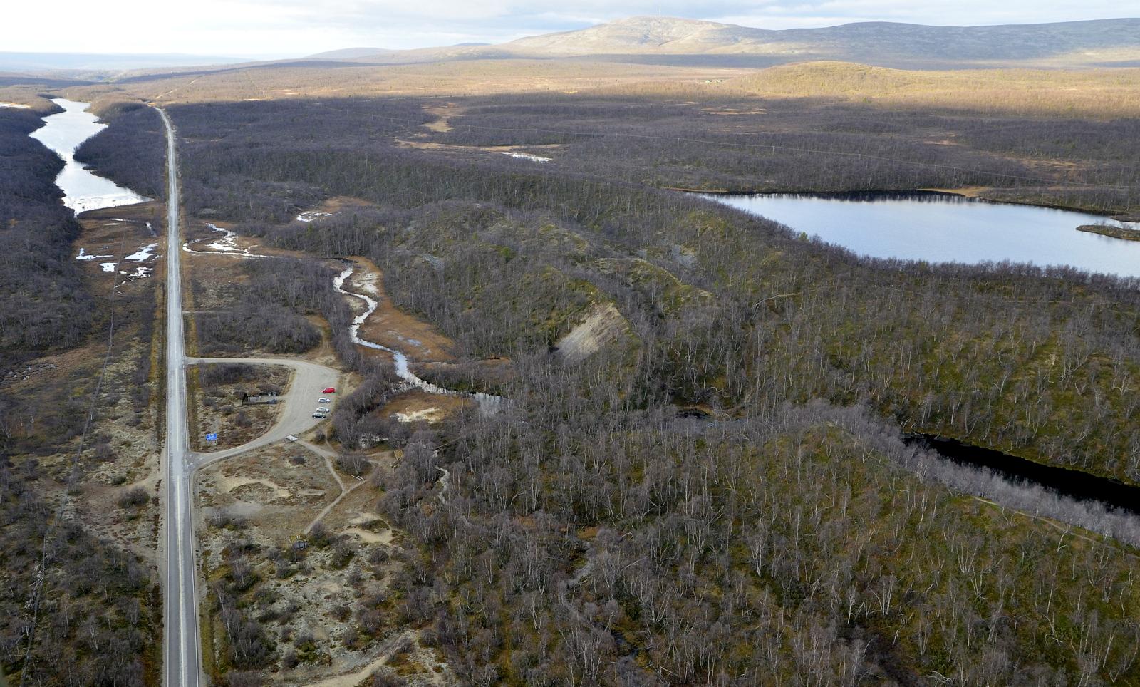 Suomen suurin lähde oikealla ja siitä virtaavien vesien joki Sulaoja. Oikealla näkyy Ailigastunturi. Tien varren levike on Kevon vaellusreitin eteläinen pää.