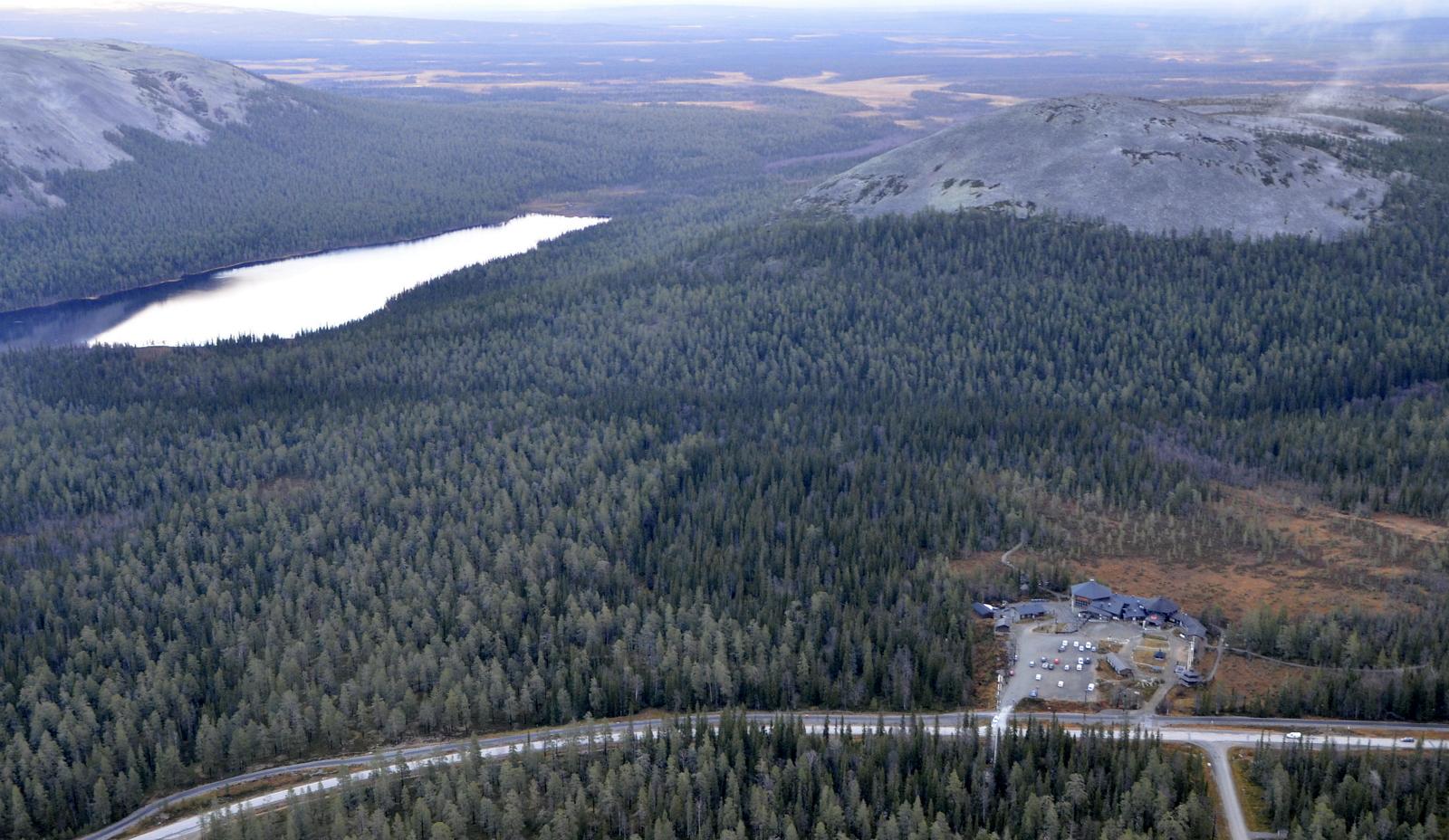 Ylläksen luonokeskus ja sen takana Kellostapulin huippu.