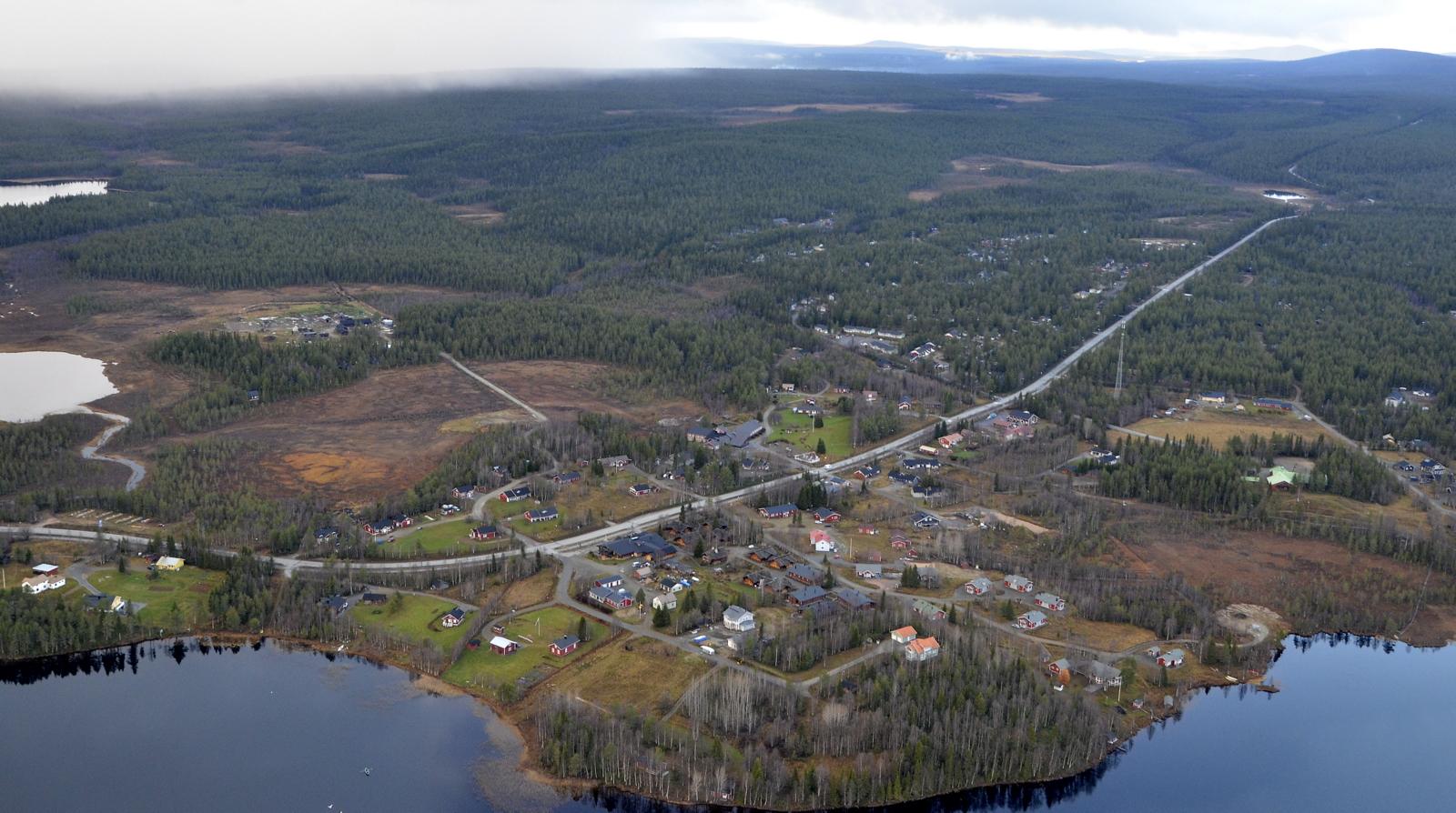 Tämä kuva Äkäslompolon yli pohjoiseen ja Riemuliiterin maisemiin. Taustalla Pallaksen huippuja ja vasemmalla sadepilvi, joka estää paluulennon vähäksi aikaa.