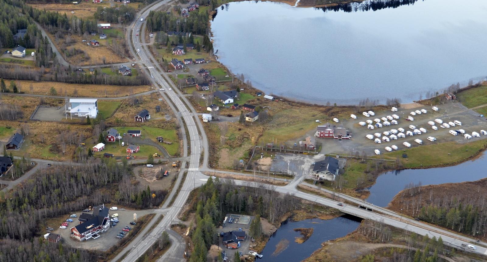 Kirkko vasemmalla ja caravanalue oikealla.