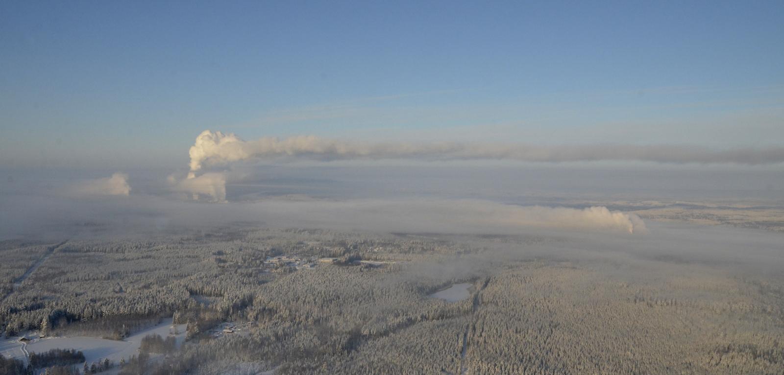 Pian selvisikin että höyryt ja savut virtaa eri korkeuksilla eri suuntiin. Vasemmalla Äänekosken tehtaat ja oikealla Suolahden vaneritehdas.