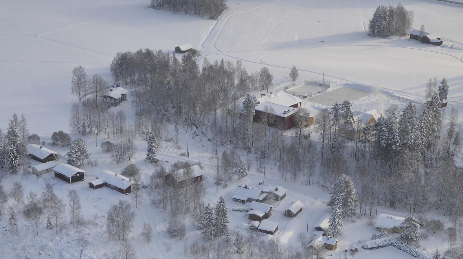 Koiviston koulun seutua. Kuvassa myös entisiä kyläkauppoja ja entinen posti.
