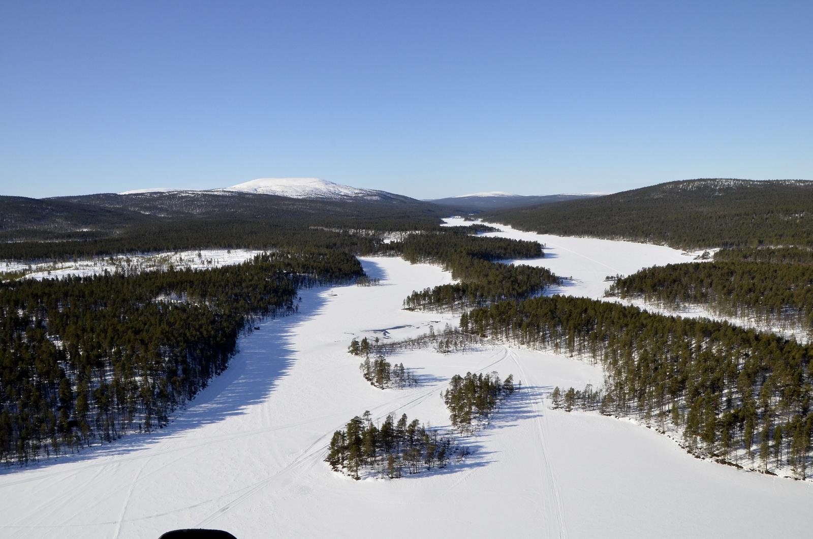 Siitä avautuu Lemmenjoen reitti. Vasemmalla näkyy Joenkielinen tunturi. Suuntaan sen yli, vaikka varsinaiset kultamaat on joen oikealla puolella.