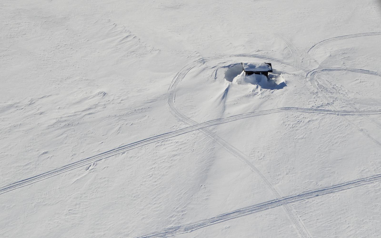 Siinä sivukirjasto lumen syleilyssä.