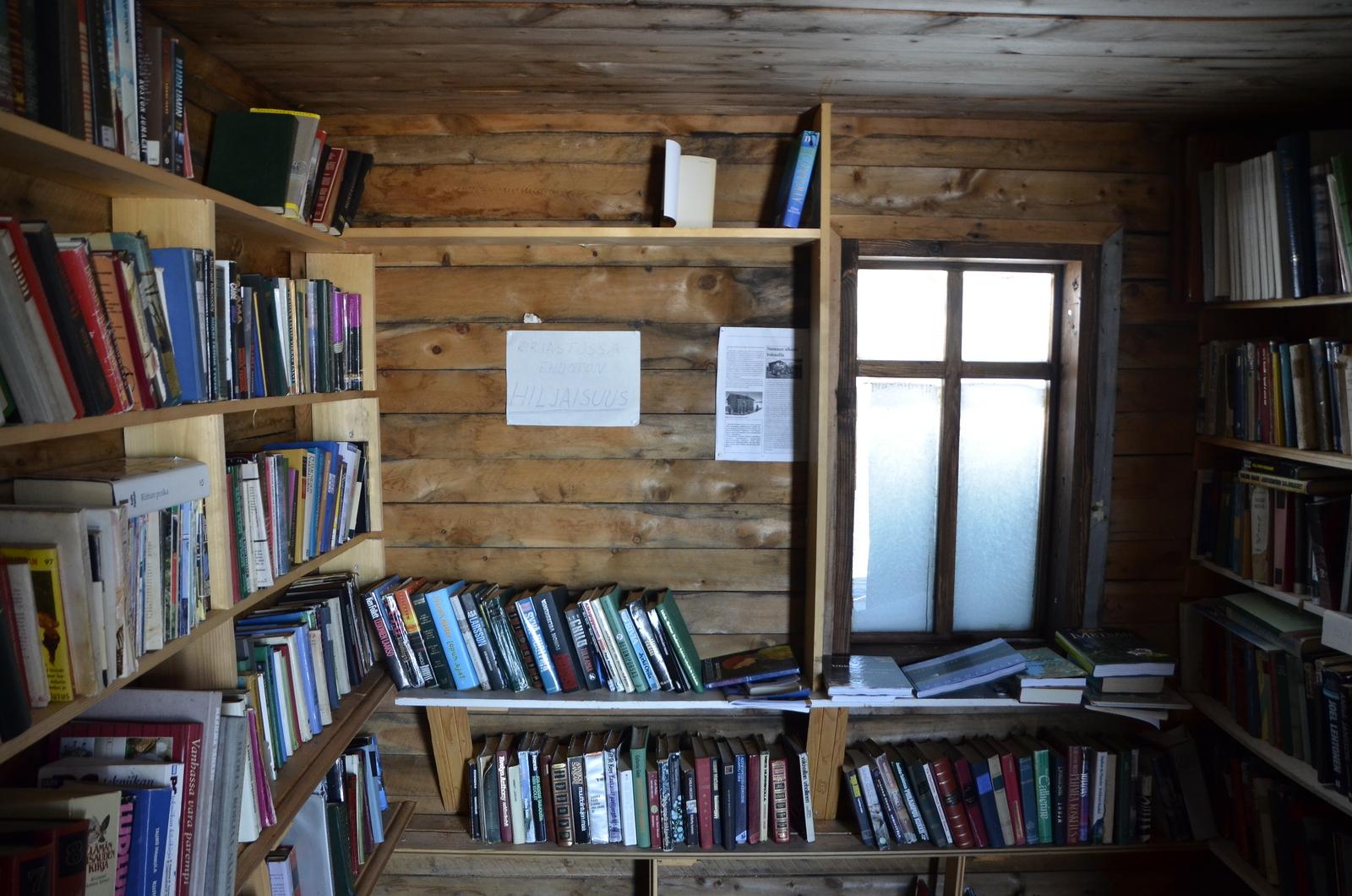 Rakennuksen toisessa päässä varsinainen kirjasto.