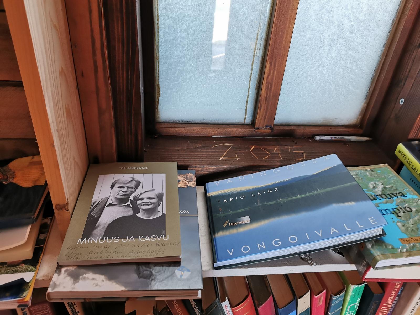 Minäkin vei yhden kirjan lainattavaksi. Topi Pentikäisen (Pentik) lahjoittaman omasta elämästään kertovan kirjan, jonka kuvitukseen olen osallistunut.
