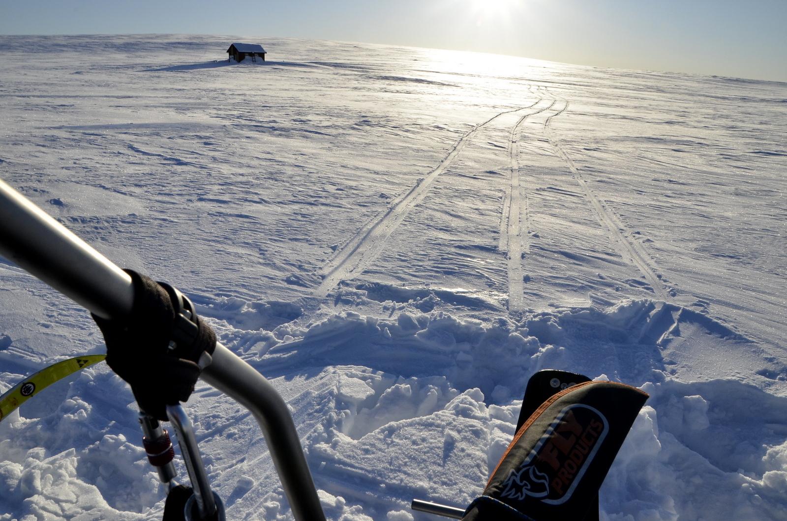 Kun olin palannut hiihtämästä, niin paloi mieli lentämään ja kuvailemaan maisemia ennen auringon laskua.