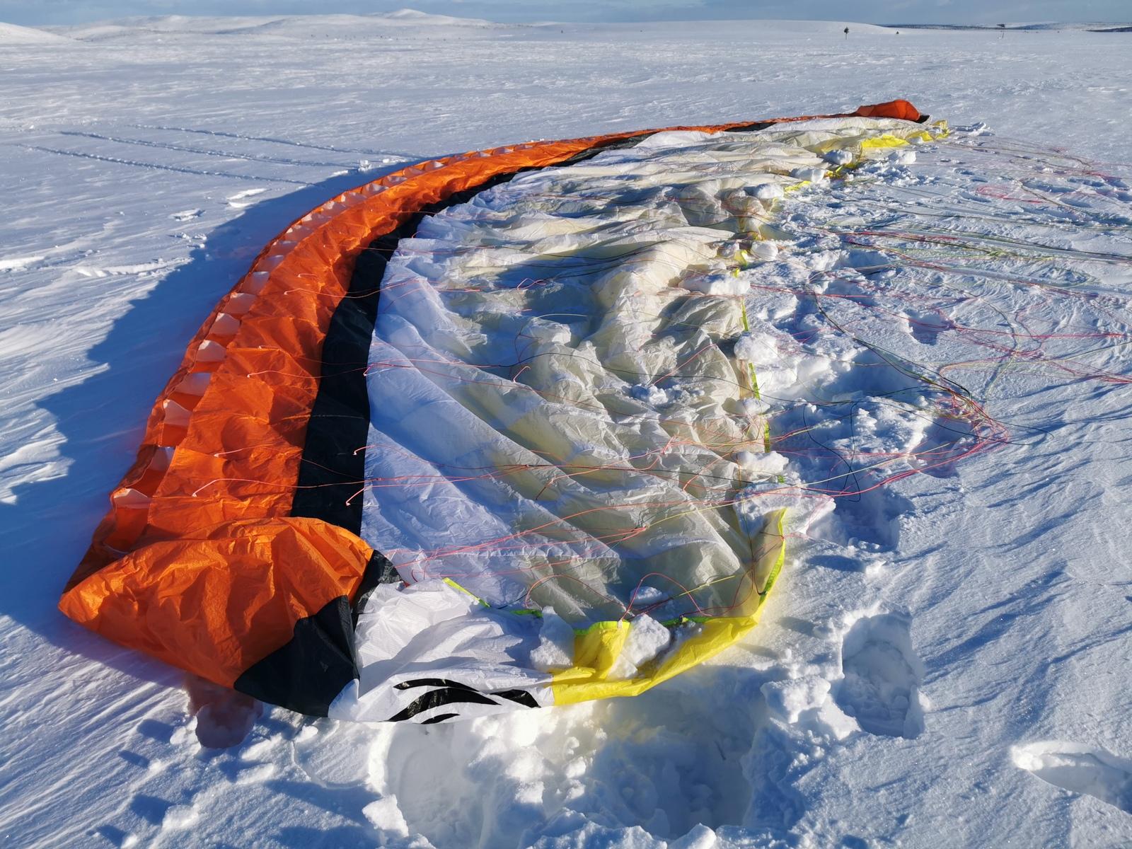 Tuuli oli voimistunut iltaa kohti, joten siipi piti lumella painottaa starttia varten.