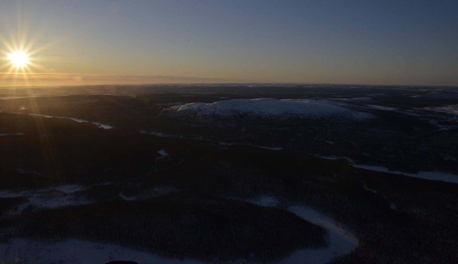 Lennän tuonne aurinkoon:) Lemmenjoen takana Joenkielisentunturi.