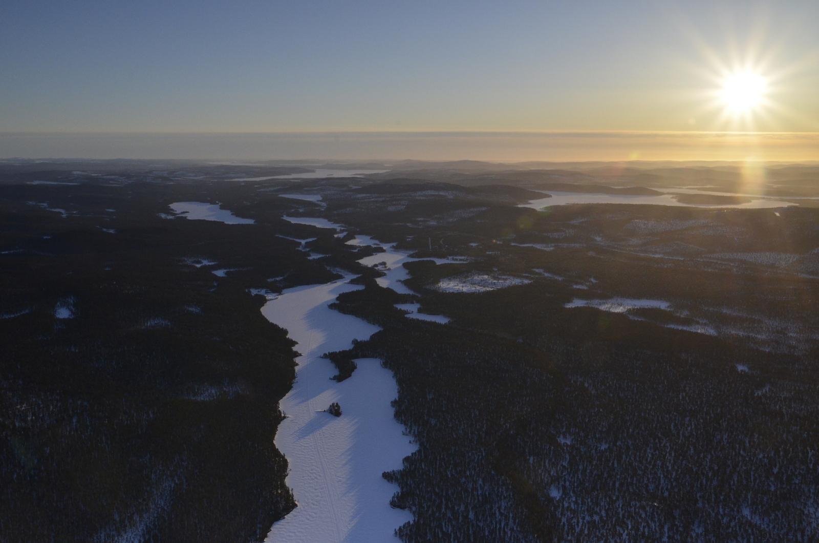 Saavun Jurgulahdelle. Auringon suunnalla Inari, Kuivajärvi ja Menesjärvi.