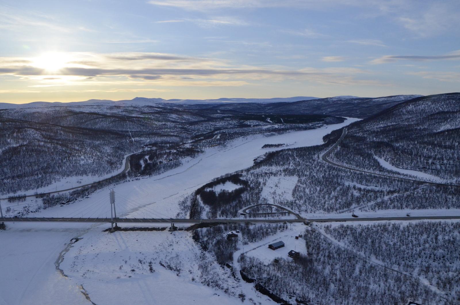 Näkymä Utsjoen sillan yli Tenolle. Oikealla Norjan manteretta.