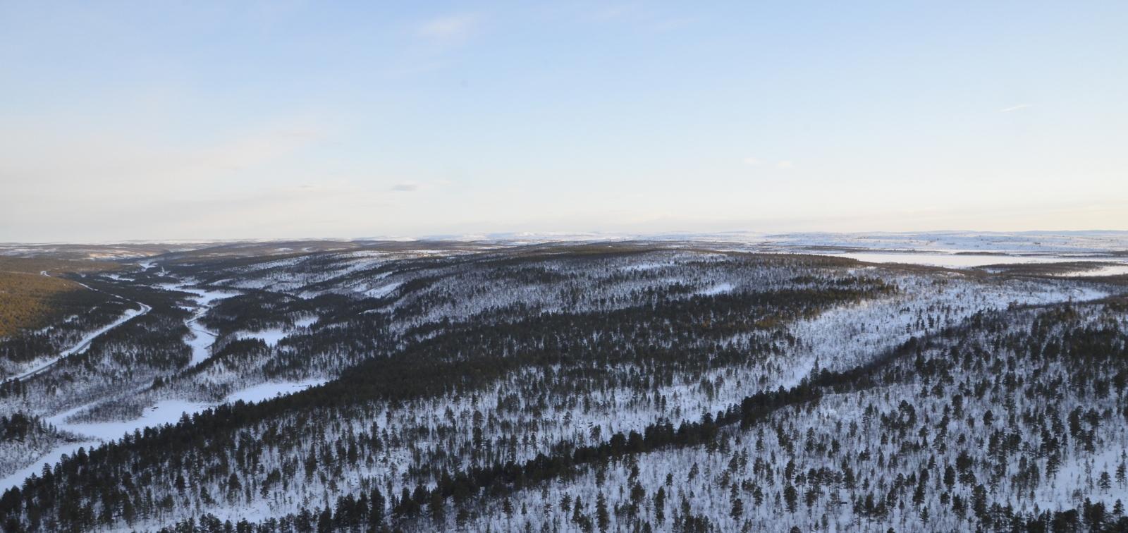 Tässä kuvassa näkyy hyvin, miten Kevon ylängöllä on järvet ylhäällä. Oikealla oleva Stuorra Balddotjärvi on yli 100 metriä korkeammalla, kuin vasemmalla kanjonissa olevat järvet.