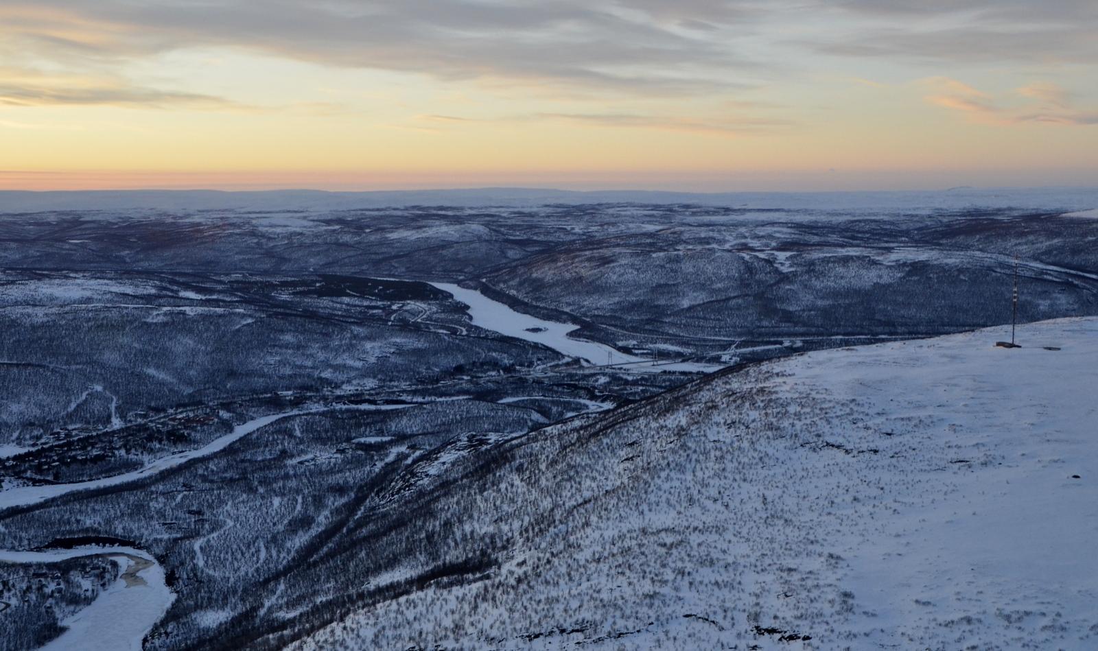 Utsjoen taajama ja Ailigastunturi oikealla. Tästä oikaisen vetsikkoon tunturin yli.
