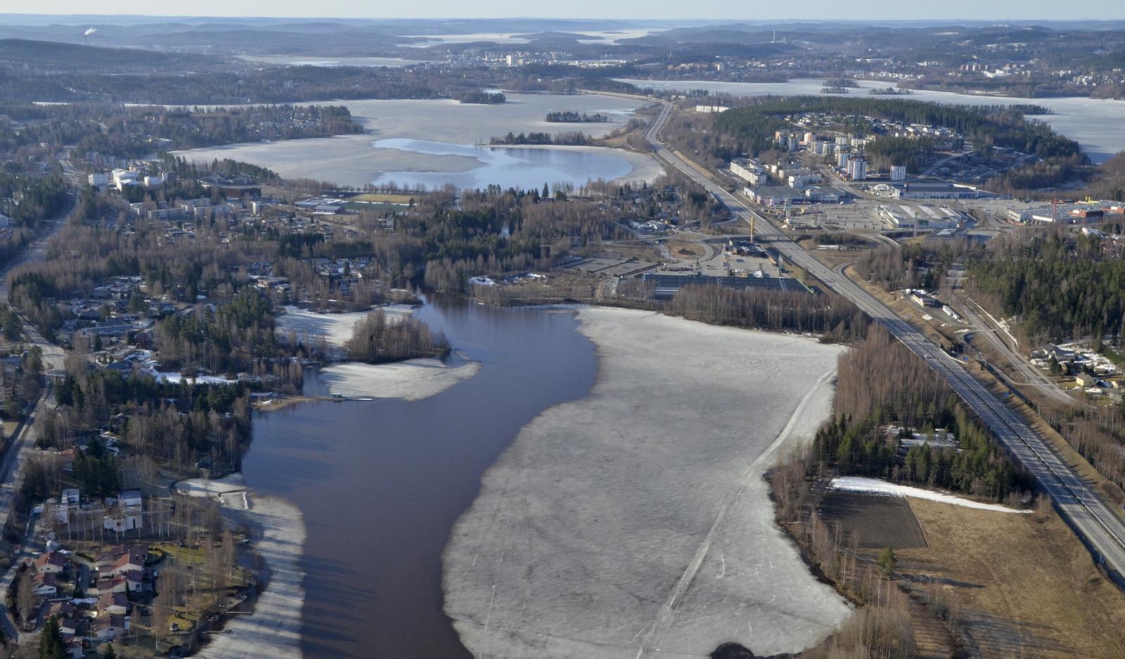 Alvajärven ja Palokkajärven välisessä kannaksessa virtaa Pappilanjoki.
